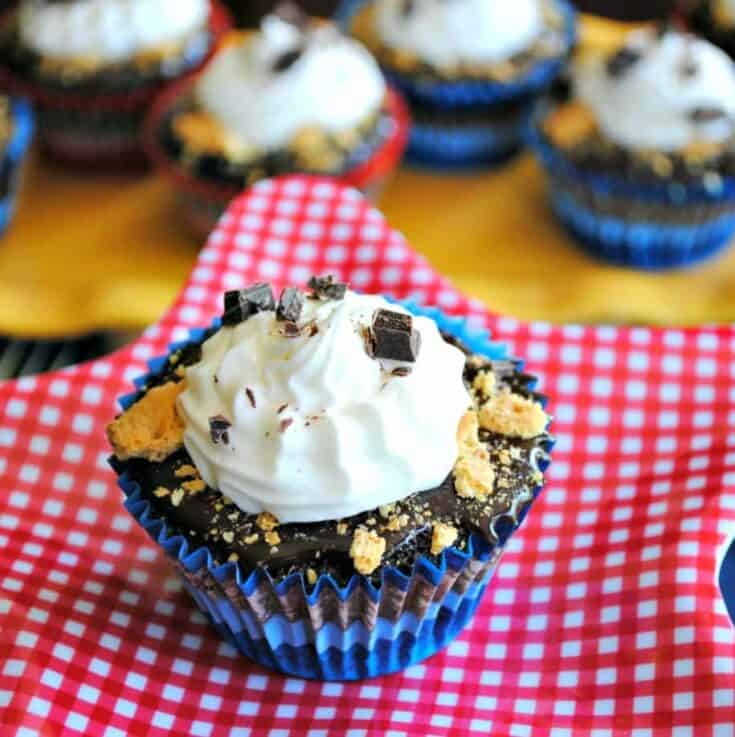 S'mores Cupcakes: rich, fudgy chocolate cupcakes with chocolate ganache, marshmallow frosting and graham cracker crumbs for the perfect indoor s'mores treat!