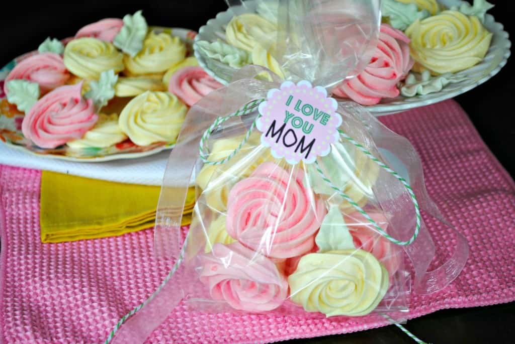 Meringue Roses Cookies: flavored with gelatin, these cookies are a perfect treat! Great mother's Day gift