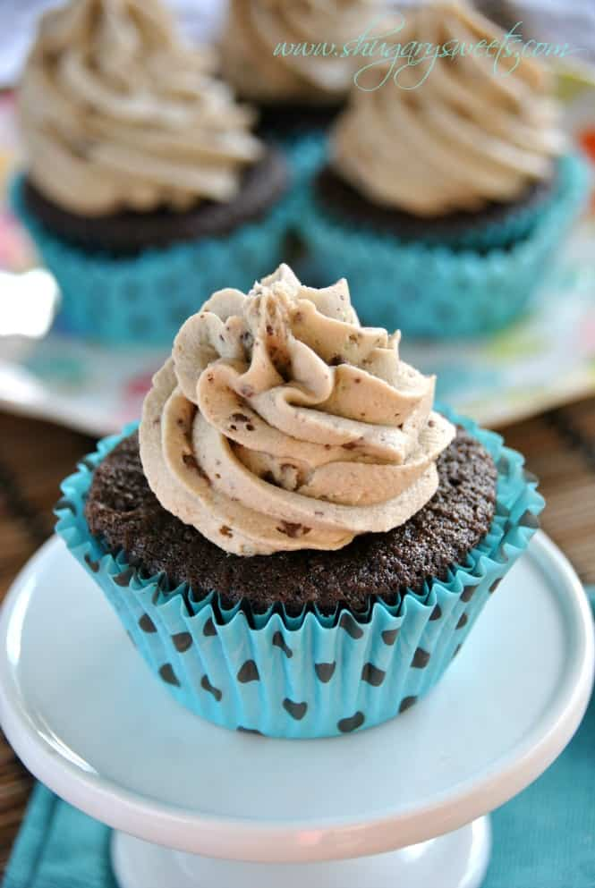 Mint Chocolate Chip Cupcakes: dark chocolate cupcakes from scratch topped with mint chocolate chip frosting #mint #chocolatechip #cupcakes @shugarysweets