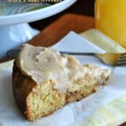 Caramel Apple Cinnamon Roll Coffee Cake: this delicious breakfast cake combines all your favorites #cinnamonroll #caramelapple www.shugarysweets.com