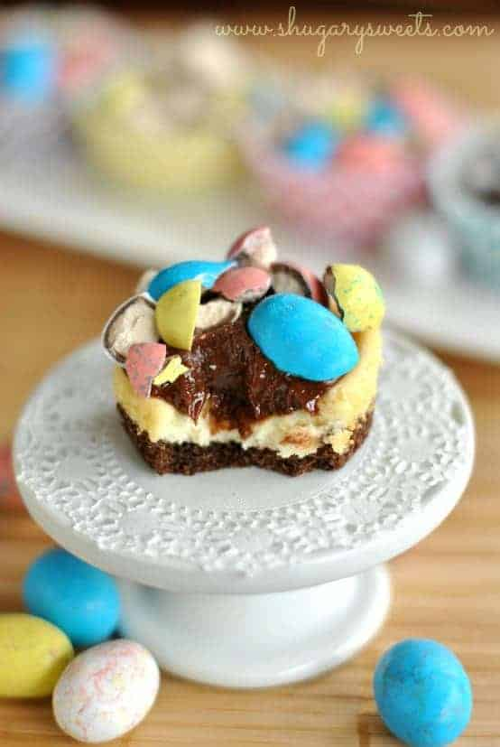Malt Ball Mini Cheesecakes with Chocolate Ganache: easy, mini cheesecakes that are perfect for Easter! #philadelphia #cheesecake @shugarysweets