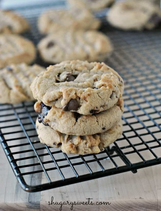 Chocolate Chunk Peanut Butter cookies: chunky peanut butter with chocolate chunks for the perfect cookie combination! #chocolate #peanutbutter