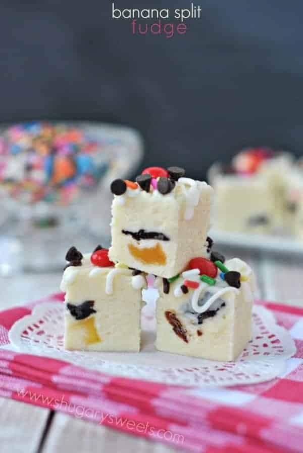 Banana Split Fudge: creamy fudge with a fun summer taste! #bananasplit #fudge