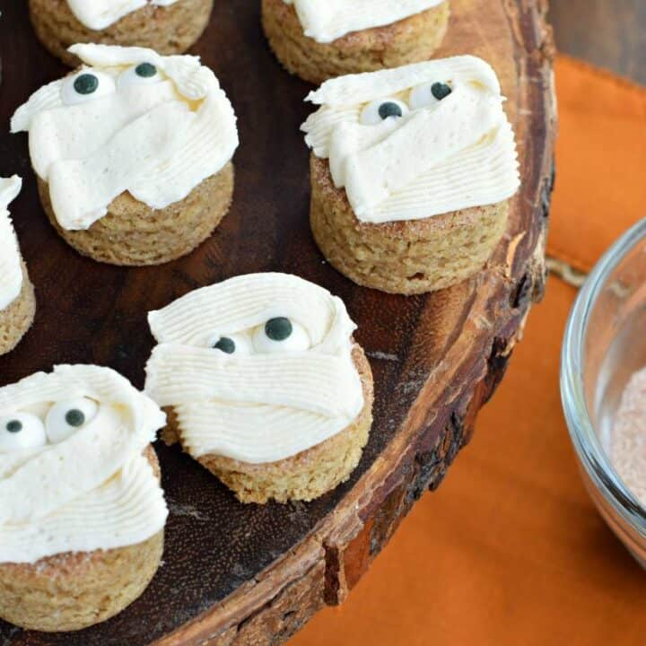 Blondie bites with snickerdoodle flavor, vanilla frosting, and candy eyes to make it look like a mummy.