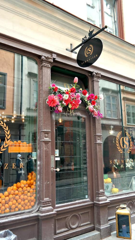 Stockhom, Sweden...gorgeous doorways and fresh flowers!