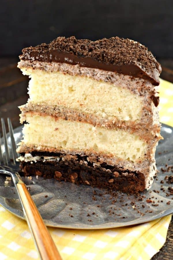 Oreo Brownie Cake: 3 layers with buttercream frosting #brownies #whitecake #oreocookies #ganache #cake