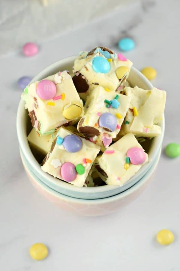 No matter the Spring holiday, this easy Easter Fudge recipe is perfect. Vanilla Fudge with pastel candies and sprinkles! #spring #holiday #easter #fudge #homemadecandy