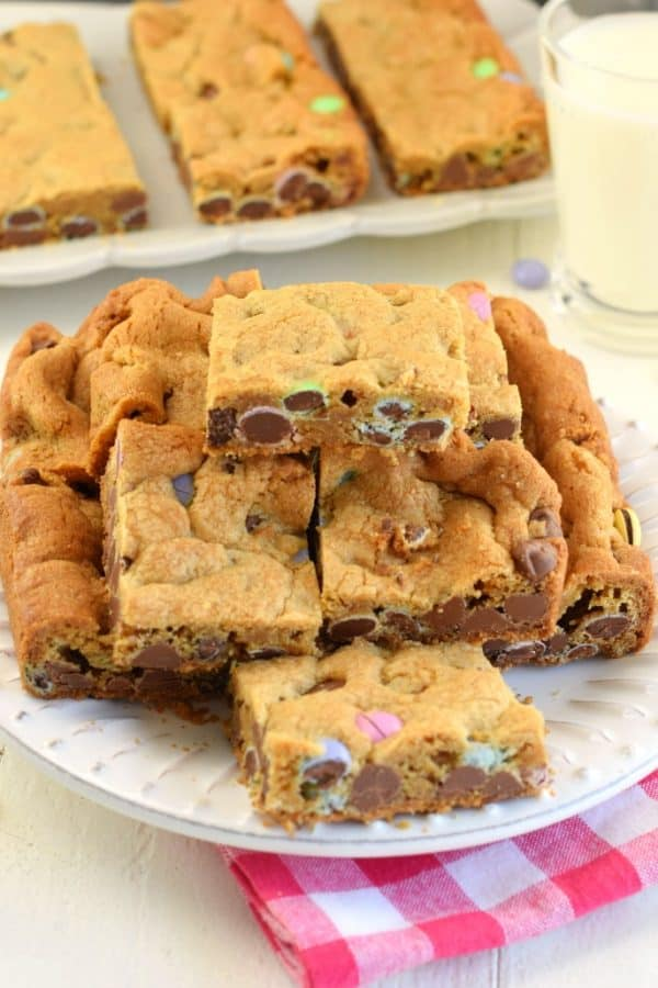 Soft and chewy M&M's Cookie Bars. Packed with brown sugar and chocolate, you won't be able to resist these cookie bars! #cookiebars