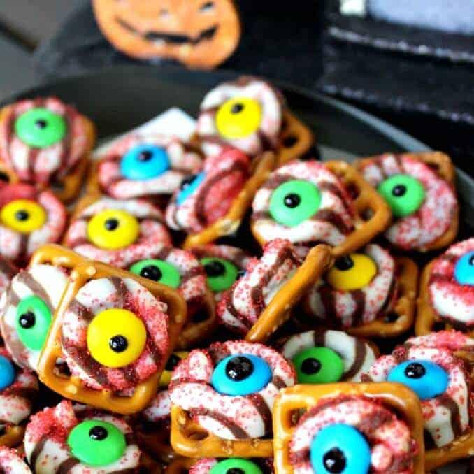 Monster Eyeball Pretzels {Easy Halloween Treat}