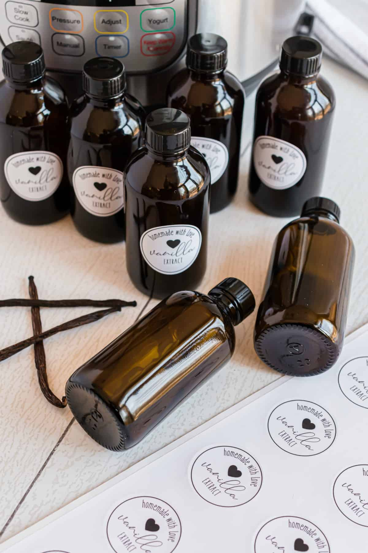 Supplies needed to make homemade vanilla extract.